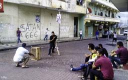 В переулке местные играют в какую-то странную игру, чем-то похожую на бейсбол. Это Панама Сити, детка!