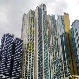 Разноцветные небоскребы на набережной нового Панама Сити