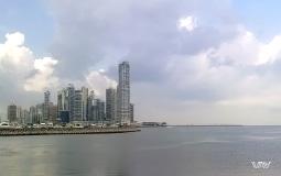 Панорама с городского побережья: с одной стороны новый Панама Сити, а с другой - старый