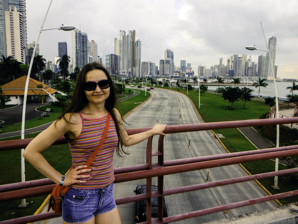 Ваша покорная слуга на фоне скоростной дороги вдоль побережья, ведущей прямо в сердце нового Панама Сити. Панама