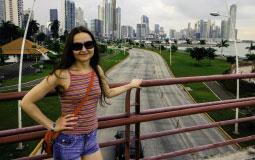 Ваша покорная слуга на фоне скоростной дороги вдоль побережья, ведущей прямо в сердце нового Панама Сити