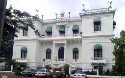 Еще одно красивое и ухоженное, похожее на предыдущее, здание между новым и старым Панама Сити
