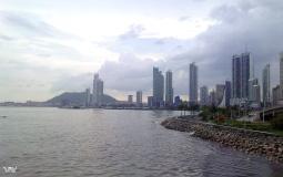 Солнце скоро спрячется за небоскребами набережной нового Панама Сити