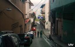 Мы вернулись на улочку в старом городе, на которой находится наш отель. Вдалеке сквозь дымку пробиваются небоскребы нового Панама Сити