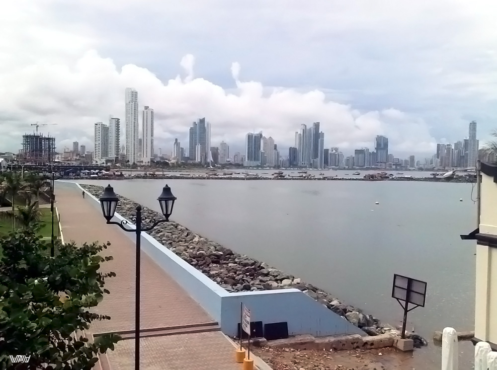 Набережная Панама Сити с видом на небоскребы делового центра города с высоты старого города)