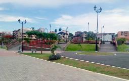 Небольшой парк с концертной площадкой на набережной старого города Панама Сити