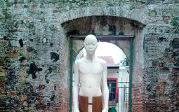 Монумент со значением церкви в профиль в старом городе Панама Сити