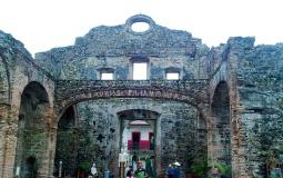 Сохранившаяся стена церкви в старом городе Панама Сити