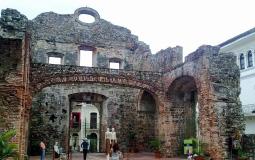Сохранившаяся стена церкви с другого ракурса в старом городе Панама Сити