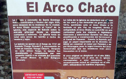 Описание достопримечательности (церкви) для туристов на испанском и английском языках в старом городе Панама Сити