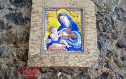 Изображение девы Марии прямо в уличной стене старого города Панама Сити