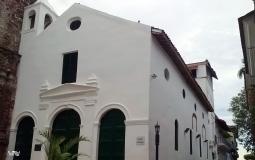 Современная пристройка к древнему зданию старого города Панама Сити