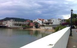 Панорамный вид с еще одной набережной старого города Панама Сити