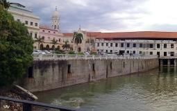 Вид с набережной со стороны старого города Панама Сити на небоскребы деловой части столицы