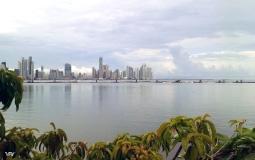 Продолжение панорамы с набережной со стороны старого города Панама Сити на небоскребы деловой части столицы