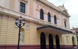 Табличку искать лень -> красивое здание старого города Панама Сити