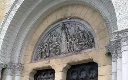 Красивая лепнина над дверями заброшенной церкви на площади Боливар в старом городе Панама Сити
