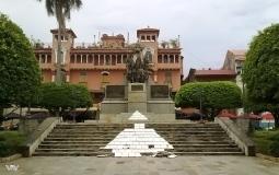 Центральная скульптура на площади Боливар в старом городе Панама Сити