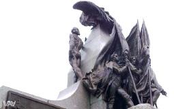 Задняя часть центральной скульптуры на площади Боливар в старом городе Панама Сити