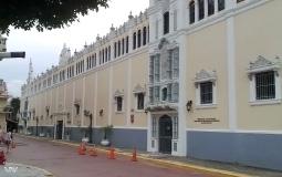 Стена действующего гос.учреждения на площади Боливар в старом городе Панама Сити