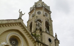 Стало облачно, напоследок еще раз чудесная церковь на площади Боливар в старом городе Панама Сити