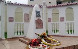 Какой-то военный памятник. Судя по завядшим цветам в венке, это место не очень популярно в Панама Сити.
