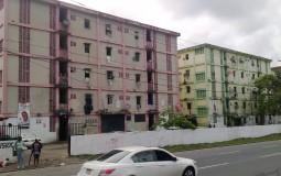 Вот такие трущобные дома я обнаружила, гуляя по Панама Сити. На вид как общежитие, но задерживаться и разглядывать его мне совсем не хочется.