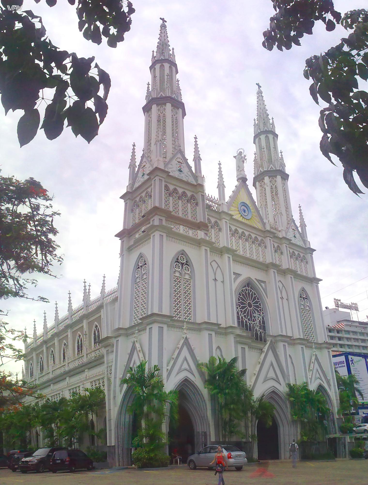Иногда даже панорамная фотография не может передать всей величественности церкви. Как например, в случае с данным костелом в Панама Сити.