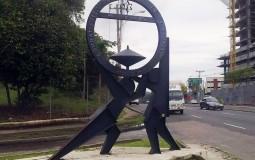 Причудливая статуя местного искусства в спальном районе Панама Сити.