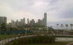 Вид на бизнес-город Панама Сити с чистой и новой набережной.