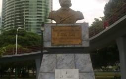 Возможно, кто-нибудь заинтересуется настолько, что найдет информацию об этом человеке лишь по имени, что я сфотографировала вместе с памятником в Панама Сити.