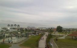 Новая набережная Панама Сити и отдыхающая там счастливая молодежь и дружные панамские семьи.