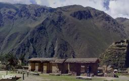 Панорамный вид на горы и часть постройки древнего города Оянтайтамбо в Перу. Дух захватывает от красоты.