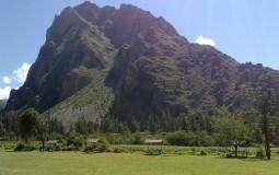 Невероятно красивый вид на гору с центральной части древнего города Ойантайтамбо, Перу.