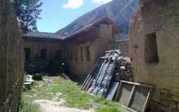 Sometimes it is not clear whether the things were left the way archaeologists found them, or if they are modern attributes of tourist attraction. Everything is so strange in the city of Ollantaytambo in Peru.