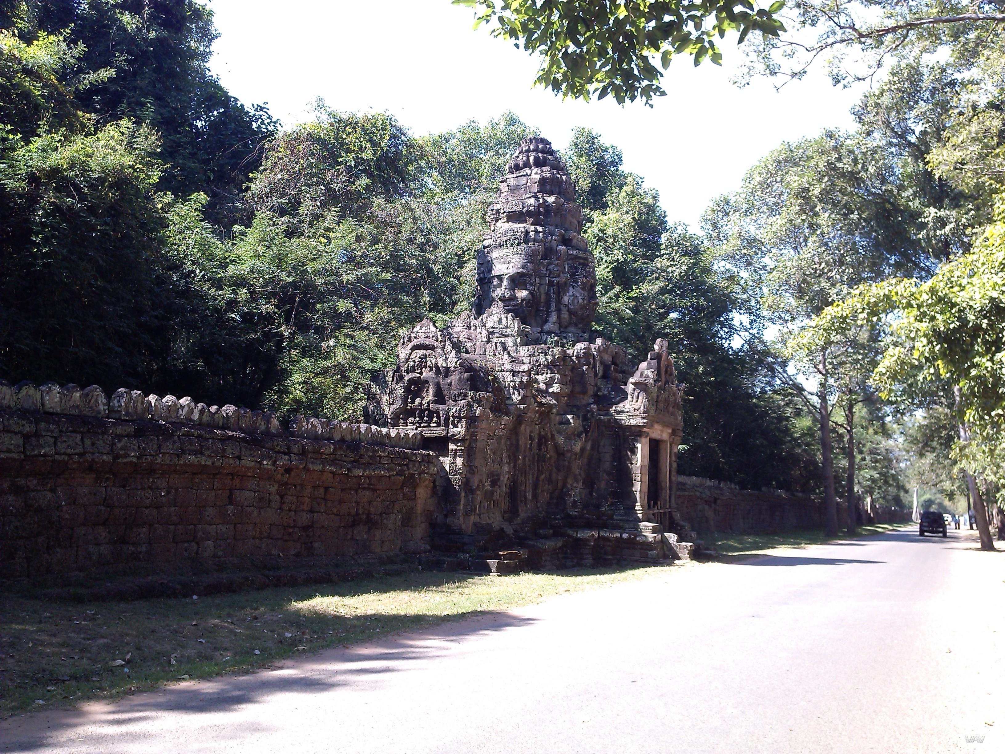 Забытые во времени потайные ворота в стене вокруг Ангкор Вата, Сием Рип, Камбоджа.