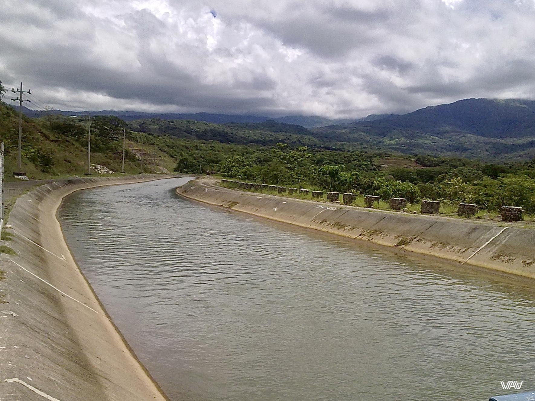 Закованная в бетон панамская речка. Интересный пейзаж получается. Кальдера Хот Спрингс, Панама