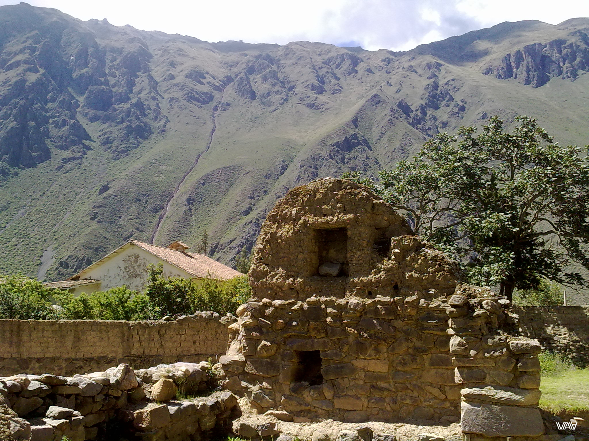 Two-storey cottage of the ancient nobility. They showed off as best they could. Ollantaytambo, Peru