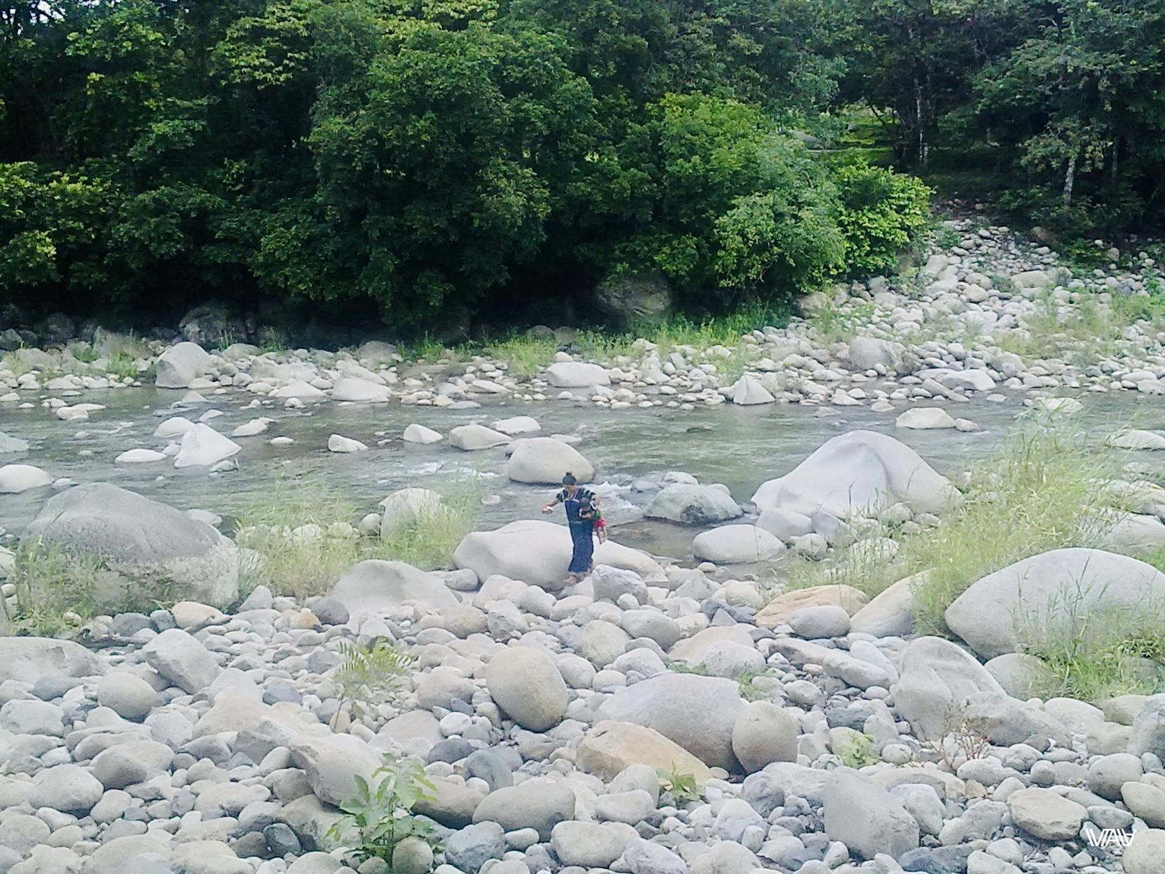 Панамская женщина стирает своего ребёнка в реке :D Кальдера Хот Спрингс, Панама