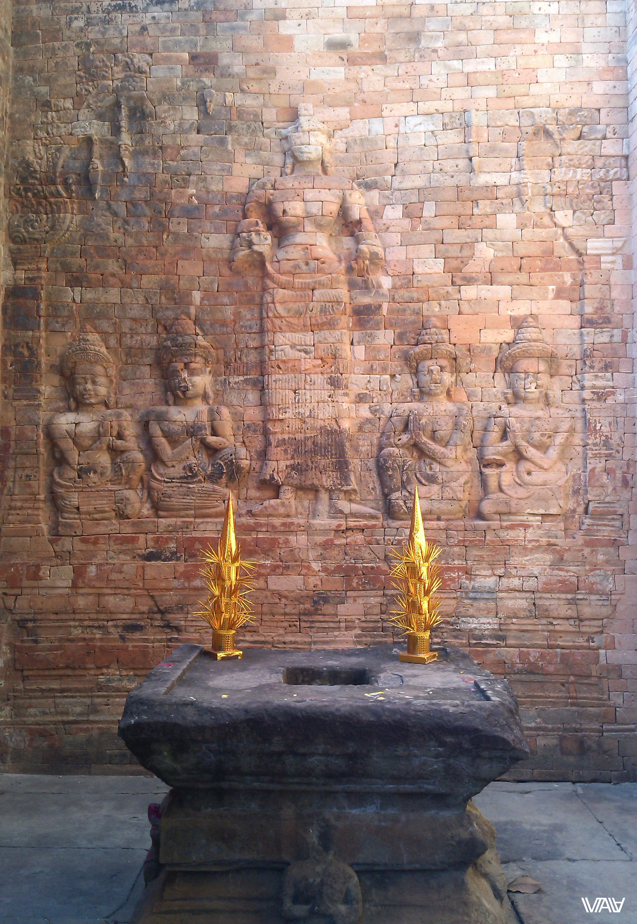 Из древнего в этом прекрасном алтаре только он и стена за ним. Но это не точно! Прасат Краван, Ангкор, Камбоджа