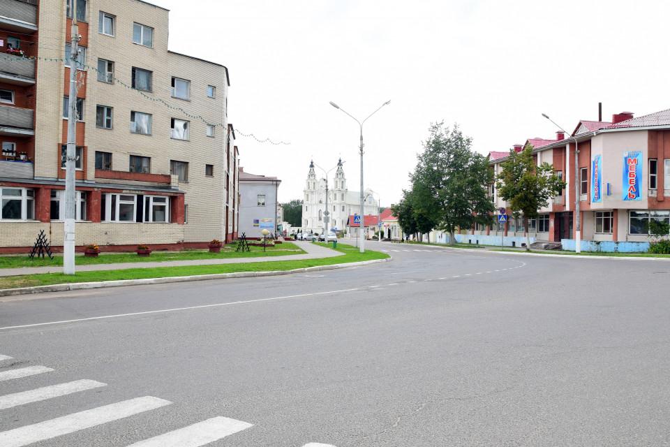 На горизонте среди улиц города Ивенец виднеется костел Святого Михаила Архангела. Ивенец, Беларусь