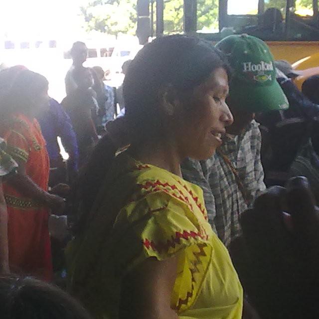 Не могу оторвать глаз от местной женщины в желтом платье. Автовокзал города Давид, Панама