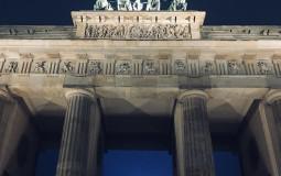 Бранденбургские ворота ночью выглядят еще более величественно. Берлин, Германия