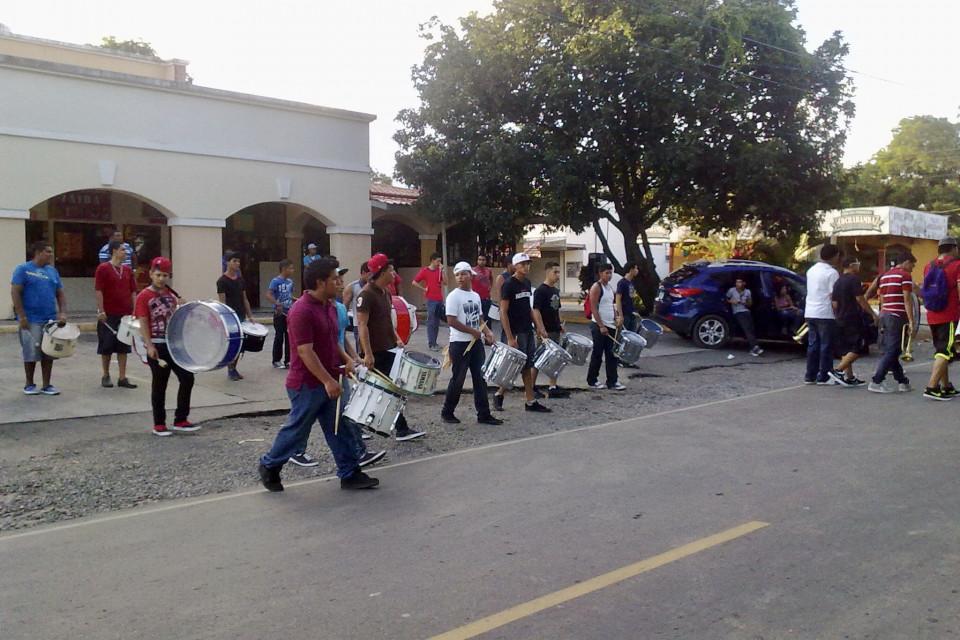 Музыканты движутся строем, ряд за рядом. Давид, Панама