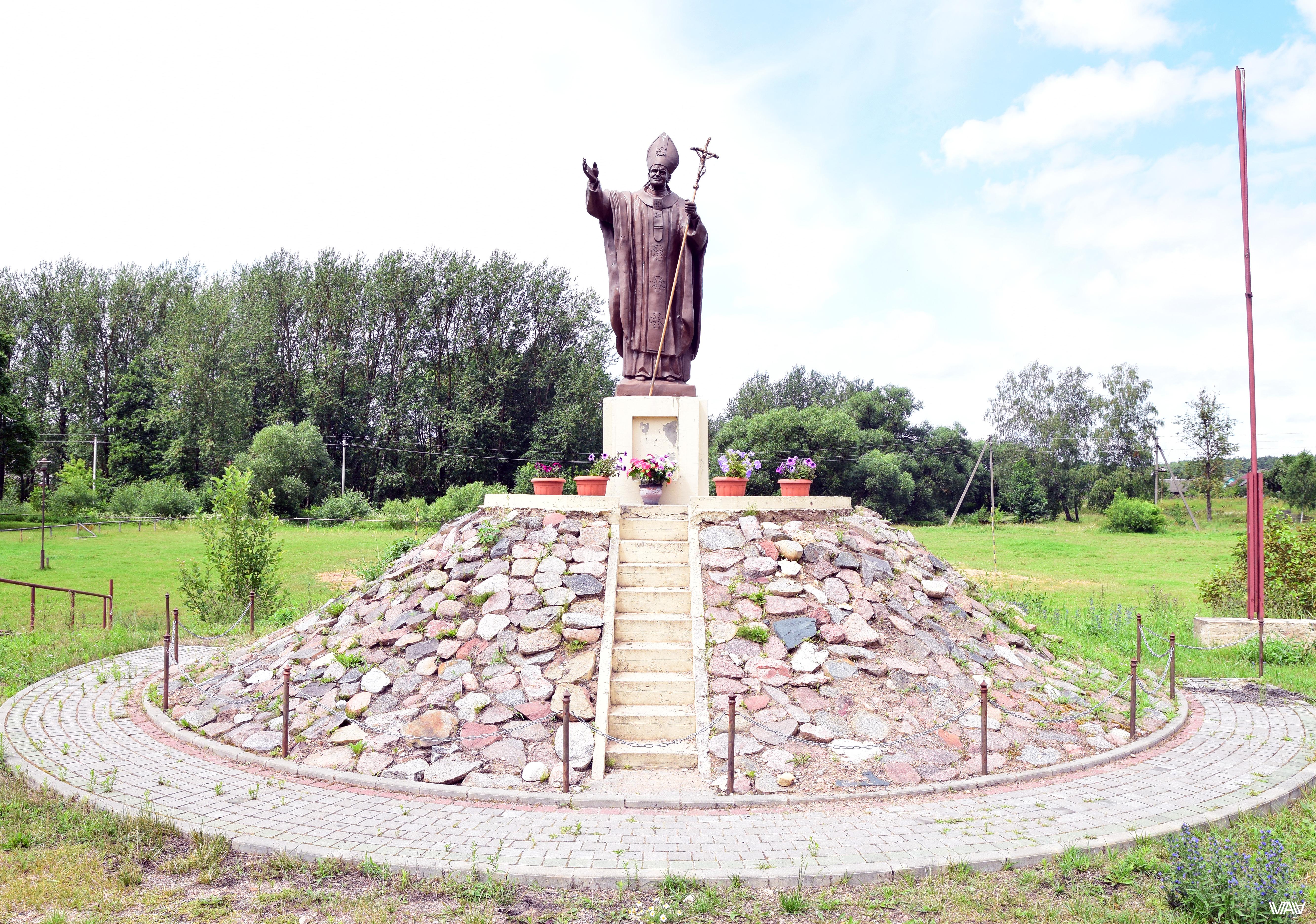 Папу тут похоже любят. Костел Святого Михаила Архангела. Ивенец, Беларусь