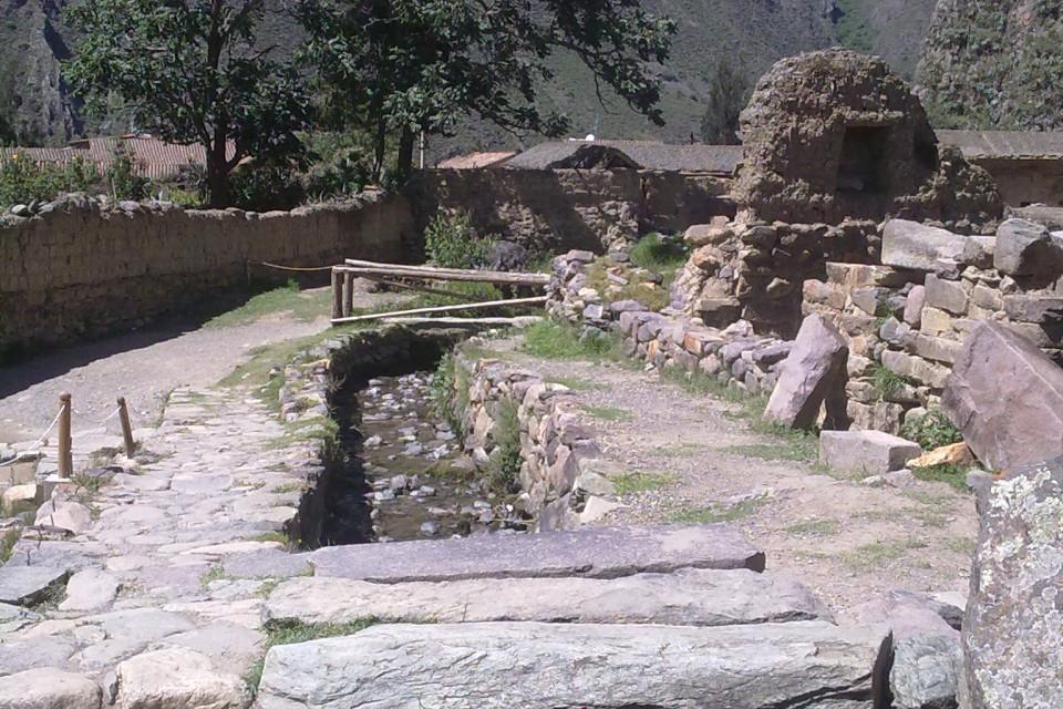 Дома древних перуанцев ушли глубоко в землю. Оянтайтамбо, Перу