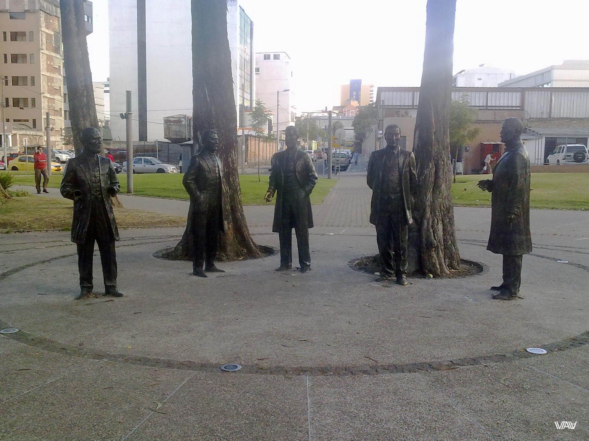 На неизвестной мне площади в небольшом парке я обнаружила замечательные статуи неизвестных мне мужчин. И тут же со мной познакомился парень по имени Ленин. Вселенная такая шутница! :) Кито, Эквадор