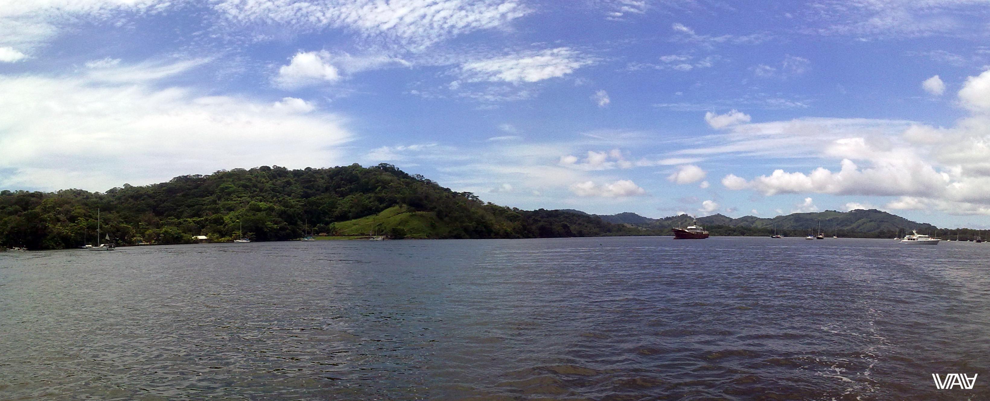 В бухте есть и маленькие, и огромные яхты. Портобело, Панама