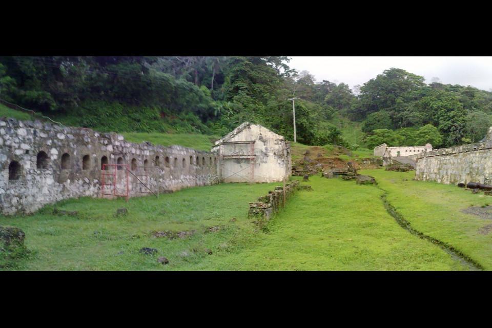 Брожу по аллее старинного форта. Портобело, Панама