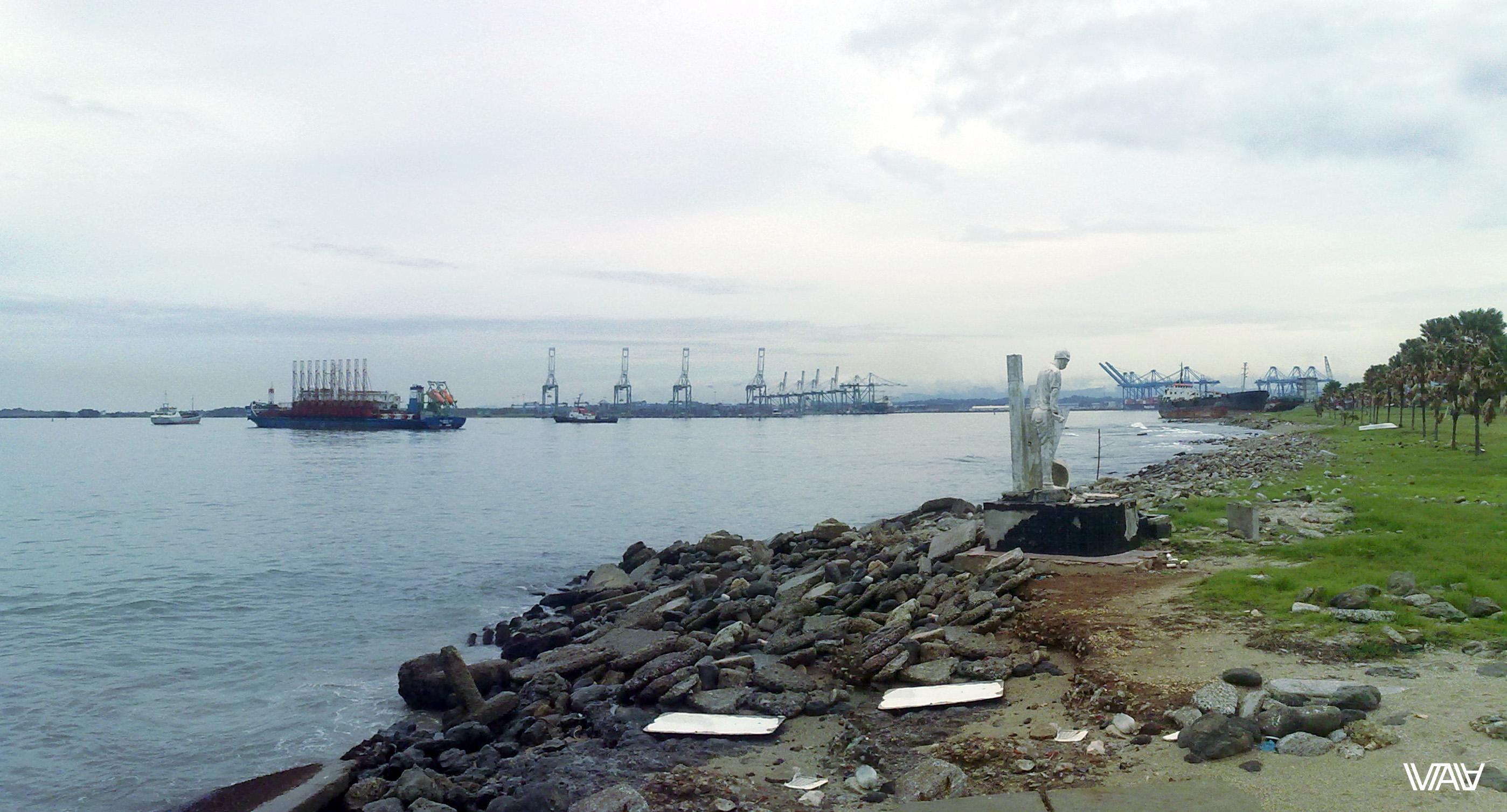 Побережье Колона с невероятным для меня количеством кораблей. И памятник морякам. Колон, Панама